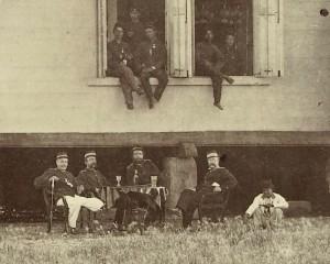 Militairen bij een 'kantine gebouw' in Nederlands-Indië, 1870 - 1900 (uitsnede), collectie Rijksmuseum