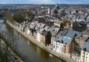 De Sambre en de achterkant van de huizen aan de Rue des Brasseurs, Namen. Bron: Wikipedia, Jean-Pol Grandmont