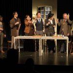 De cast van 'Willem Kloos: Die moet een wereld in zijn boezem dragen' heft het glas.