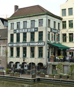 Het Waterhuis aan de Bierkant bestaat gelukkig nog steeds. Bron: Wikipedia