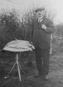 Brouwer Guillaume Matthys, op de foto met wat lijkt op een bijzondere vis. Uit: Stroobants, Tussen pot en pint.
