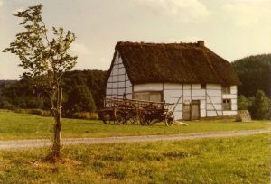 De Waalse boerderij, waar De Baets de geschiedenis van saison het liefste plaatst, al is dat wellicht ten onrechte. Musée de la ville rurale de Wallonie, bron: Wikimedia Commons, Lucyin.