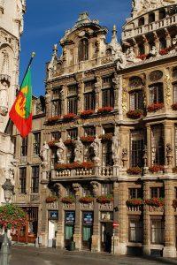 Het pand 'In den Vos' aan de Grote Markt in Brussel, dat door de woedende menigte werd belaagd. Bron: Wikimedia Commons, EmDee.